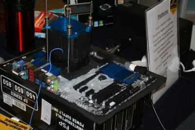 pecetowa płyta główna przystosowana do eksperymentów mrożących krew w... CPU