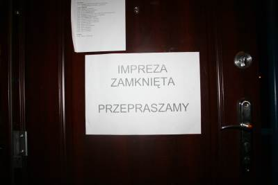 napis na drzwiach wejściowych